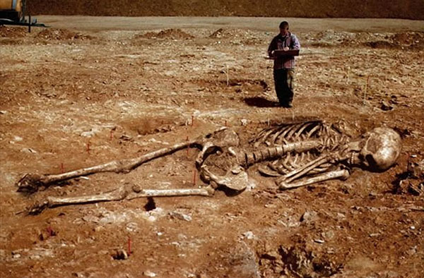 Giant human skeletons: Newspaper hoaxes or Smithsonian conspiracy?