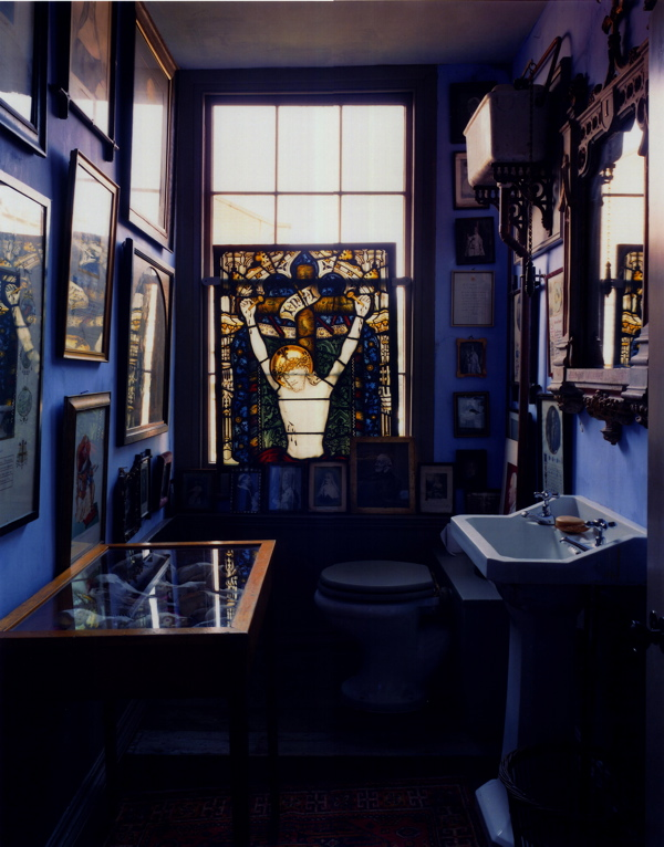 A bizarre bathroom in the Malplaquet House