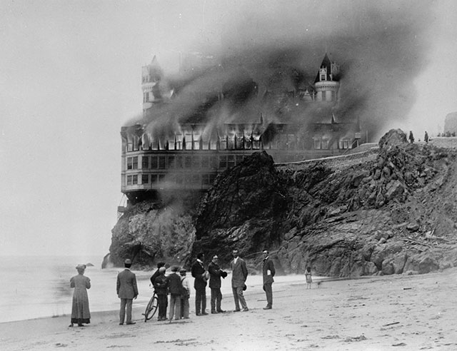The Cliff House burning in 1907