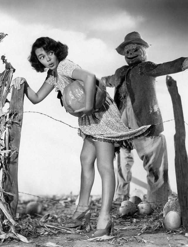 Gloria Saunders vintage Halloween pinup