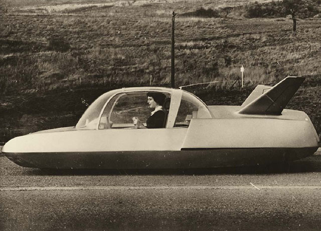 Side view of the Simca Fulgur concept car