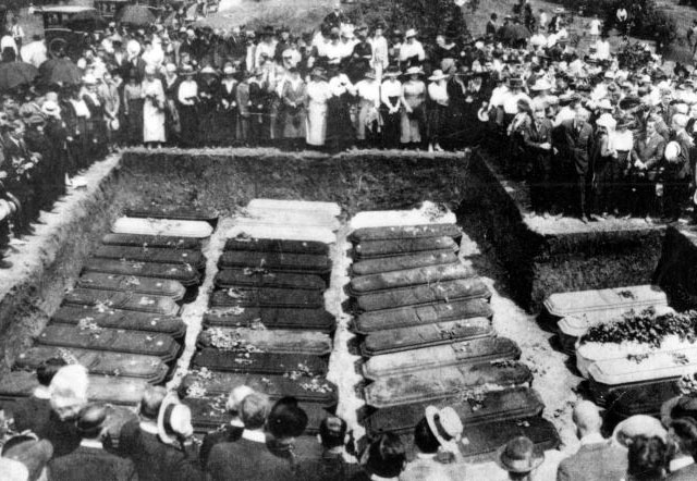 Mass burial of the Hagenbeck-Wallace Circus at Showmen's Rest after the train wreck