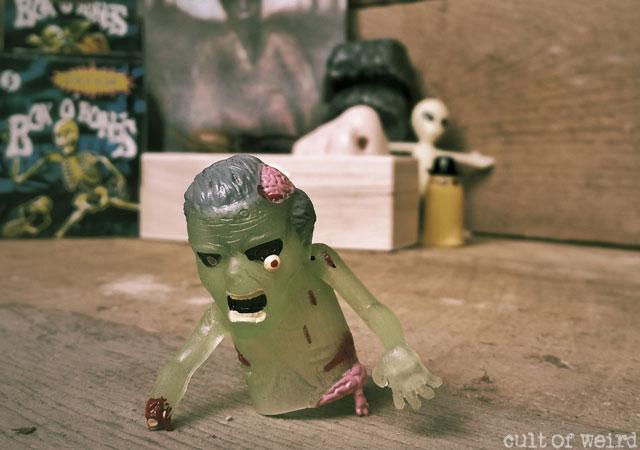 Zombie finger puppet