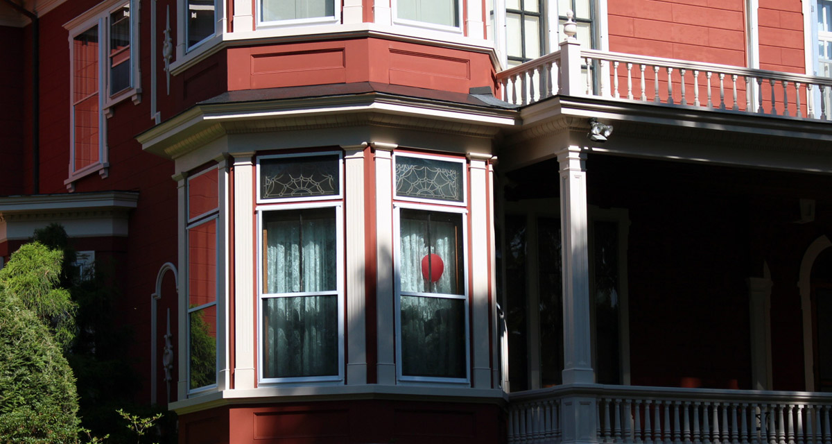 Red balloon in the window of Stephen King's house