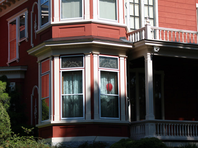 Red ballon appears in the window of Stephen King's home in Bangor, Maine