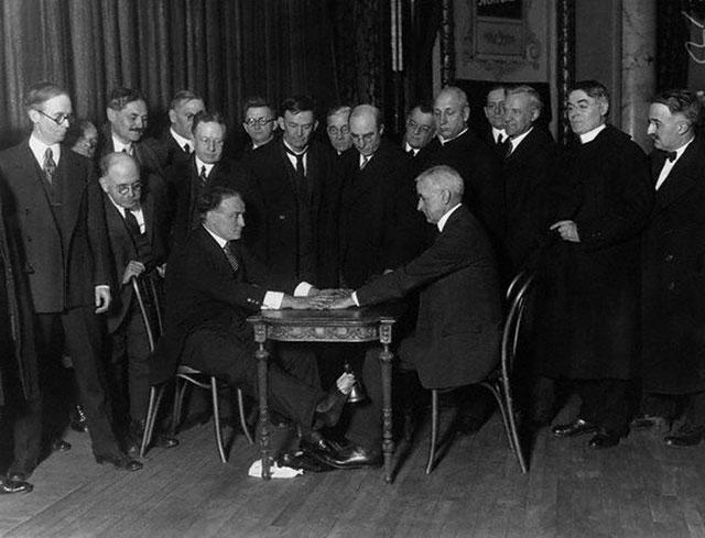 Houdini exposes spiritualists