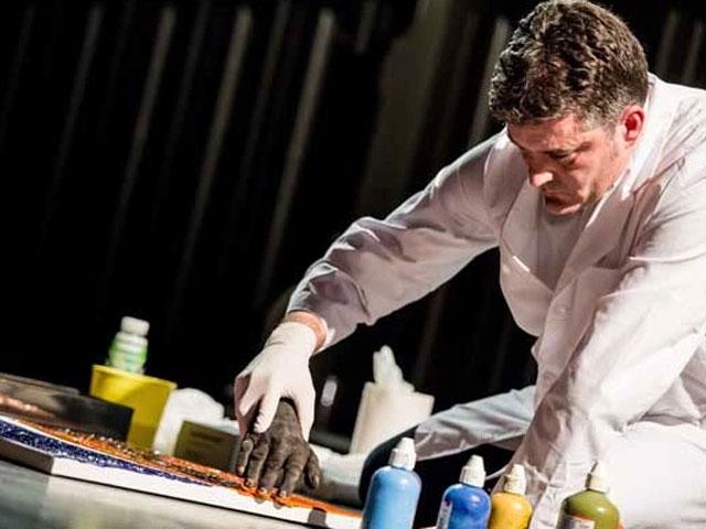 Morten Viskum paints with dead hands