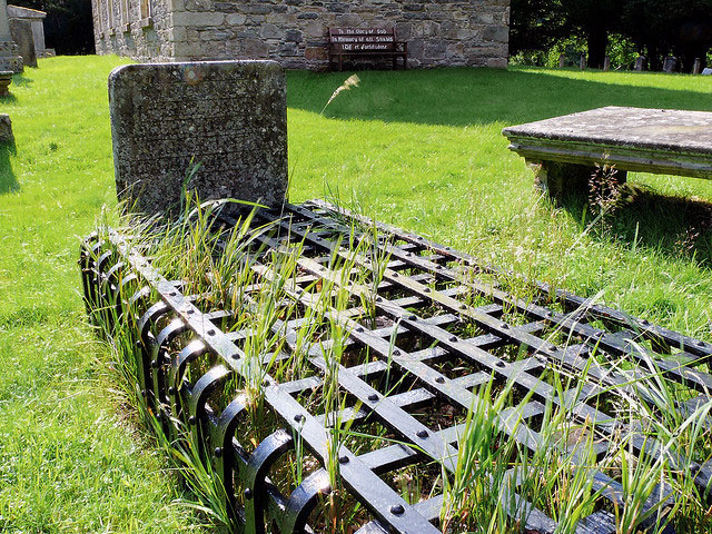 Mortsafe used to prevent body snatchers from stealing a corpse