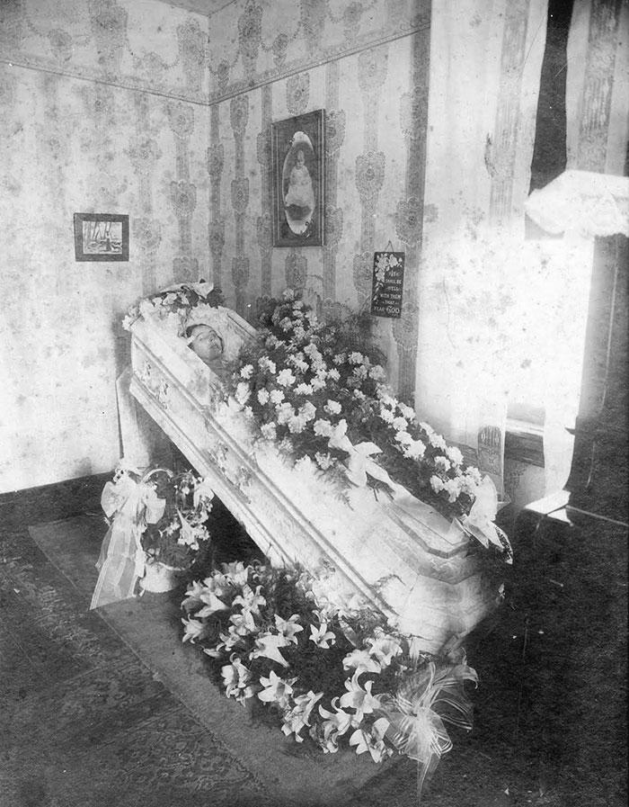 Post-mortem photography